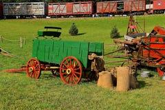 Escena de trilla con el tren de carga en fondo Fotografía de archivo