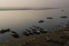 Escena del agua con la gente en el barco en el río del Ganges foto de archivo libre de regalías