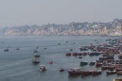 Escena del agua con la gente en el barco en el río del Ganges imagenes de archivo