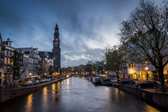 Escena del canal en Amsterdam con la iglesia Fotografía de archivo