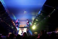 Escena del club nocturno con la demostración de los bailarines y de las luces Imagen de archivo
