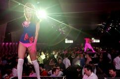 Escena del club nocturno con la demostración de los bailarines y de las luces Fotografía de archivo