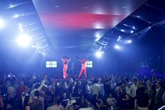 Escena del club nocturno con la demostración de los bailarines y de las luces Imagenes de archivo