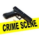 Escena del crimen con el arma del arma de la mano de la pistola, expulsada alrededor y la cinta de la escena del crimen en un fon Fotos de archivo libres de regalías