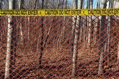 Escena del crimen con la cerca roja en las maderas imagenes de archivo