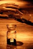 Escena del crimen con la mano de la mujer y la botella muertas del veneno Imagenes de archivo