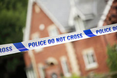 Escena del crimen de la policía delante de la casa imagenes de archivo