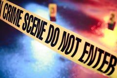 Escena del crimen fresca con la cinta amarilla en la noche