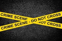 ESCENA DEL CRIMEN - NO CRUCE contra la pared negra Imagenes de archivo