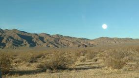Escena del desierto de Mojave con la luna Imágenes de archivo libres de regalías
