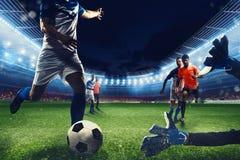 Escena del f?tbol con los futbolistas competentes en el estadio foto de archivo libre de regalías
