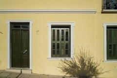 Escena del fondo urbano hermoso de la fachada del edificio en la pared amarilla poner crema en colores pastel de la pintura del y Fotos de archivo