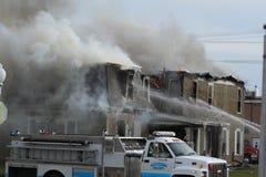 Escena del fuego con humo y el coche de bomberos grande Imágenes de archivo libres de regalías