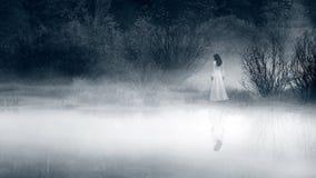 Escena del horror de una mujer asustadiza Imagen de archivo libre de regalías