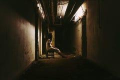 Escena del horror de una mujer asustadiza fotografía de archivo