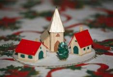 Escena del invierno con el árbol de navidad en la tabla de la Navidad como fondo Imagen de archivo libre de regalías