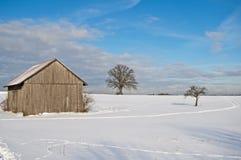 Escena del invierno con el granero Imagenes de archivo