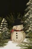Escena del invierno con el muñeco de nieve de madera Imágenes de archivo libres de regalías