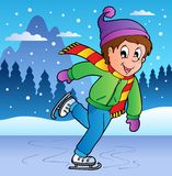 Escena del invierno con el muchacho patinador Imagen de archivo
