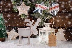 Escena del invierno con el reno y la linterna de madera para la Navidad Fotografía de archivo libre de regalías
