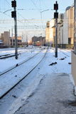 Escena del invierno con el tren que viene a la estación Imágenes de archivo libres de regalías
