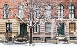 Escena del invierno con las aceras nevadas en el East Village de New York City fotografía de archivo libre de regalías