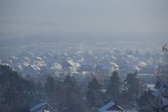 Escena del invierno - contaminación atmosférica de la contaminación del aire, Valjevo, Serbia Fotografía de archivo libre de regalías