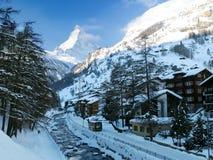 Escena del invierno de la aldea de Zermatt foto de archivo libre de regalías
