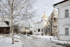 Escena del invierno del convento de Pokrovsky enmarcada por el árbol de abedul en Suzdal Foto de archivo libre de regalías