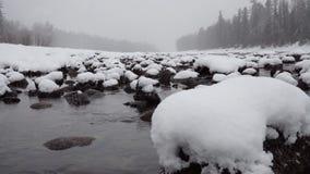 Escena del invierno en el río de la montaña metrajes