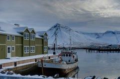 Escena del invierno en la pequeña ciudad Siglufjordur de Islandia Foto de archivo libre de regalías