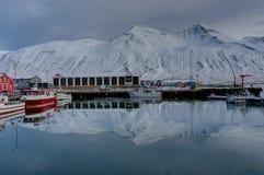 Escena del invierno en la pequeña ciudad Siglufjordur de Islandia Imagen de archivo
