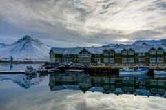 Escena del invierno en la pequeña ciudad Siglufjordur de Islandia Imágenes de archivo libres de regalías
