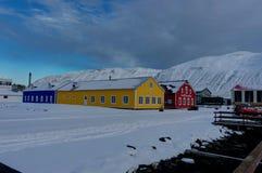 Escena del invierno en la pequeña ciudad Siglufjordur de Islandia Fotos de archivo libres de regalías