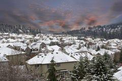 Escena del invierno en los suburbios Neighborhhood con el cielo de la puesta del sol Fotos de archivo libres de regalías