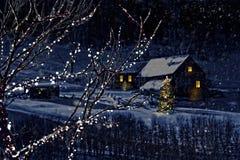 Escena del invierno Nevado de una cabina en distancia Foto de archivo libre de regalías