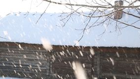 Escena del invierno Nevado en ciudad nevadas en pequeña calle con las casas de madera coloridas metrajes