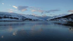 Escena del invierno: una visión desde un fiord en Tromso, Noruega Fotografía de archivo