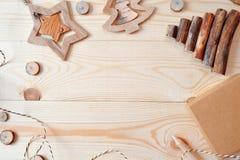 Escena del marco de la maqueta con los regalos de la Navidad y los conos del pino, con el espacio para su texto, visión plana sup Fotos de archivo libres de regalías