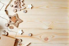 Escena del marco de la maqueta con los regalos de la Navidad y los conos del pino, con el espacio para su texto, visión plana sup Imagen de archivo libre de regalías