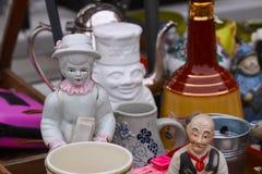 Escena del mercado de pulgas donde la gente vende y compra juguetes usados, ropa, imágenes, mercancías de la cocina y otras cosas Foto de archivo