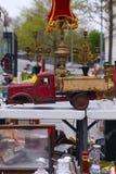 Escena del mercado de pulgas donde la gente vende y compra juguetes usados, ropa, imágenes, mercancías de la cocina y otras cosas Imagen de archivo libre de regalías
