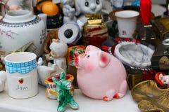 Escena del mercado de pulgas donde la gente vende y compra juguetes usados, ropa, imágenes, mercancías de la cocina y otras cosas Fotografía de archivo libre de regalías