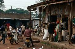 Escena del mercado del pueblo, Uganda Imágenes de archivo libres de regalías