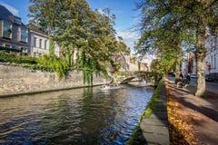 Escena del otoño en el canal de Brujas, Bélgica Imágenes de archivo libres de regalías