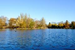 Escena del otoño en el lago del canotaje en parque regente del ` s Fotografía de archivo libre de regalías