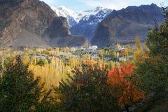 Escena del otoño en Karimabad con las montañas en el fondo fotografía de archivo