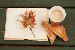 Escena del otoño Taza, cruasán y libros de café fotografía de archivo