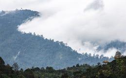 Escena del panorama de la gama de niebla del moutain Fotos de archivo libres de regalías