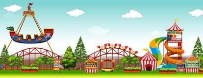 Escena del parque de atracciones con paseos Imagenes de archivo